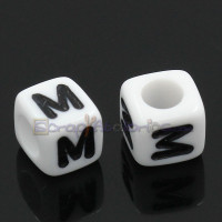 Abalorios cubos blancos letra negras LETRA M  6x6 mm(25 ud )