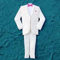 Traje smoking blanco con pajarita rosa