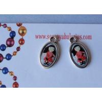 Colgante medalla pequeña ovalada niña de rojo 18x10 mm
