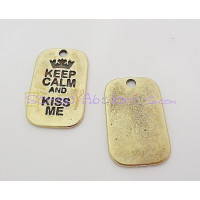 Colgante ZAMAK BRONCE KEEP CALM AND KISS ME 40X25mm
