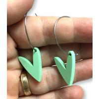 Pendientes aros acero plateado 25mm y corazones verde pastel ( 1 par)