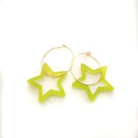 Estrellas verde lima en aros 20 mm - Pendientes acero color dorado ( 1 par)