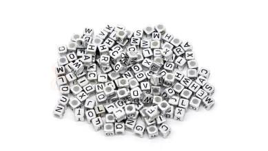 Abalorio abecedario cubo plateado 6x6 mm solo LETRA R ( 25 uds)