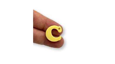 Letra C - Plexy amarillo pastel - Colgante letra inicial abecedario 18 mm, taladro 1.5 mm