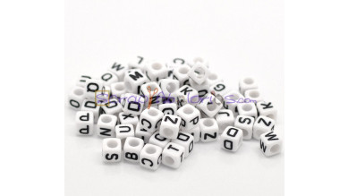 Abalorios cubos blancos letra negras MIX  6x6 mm(100 ud )